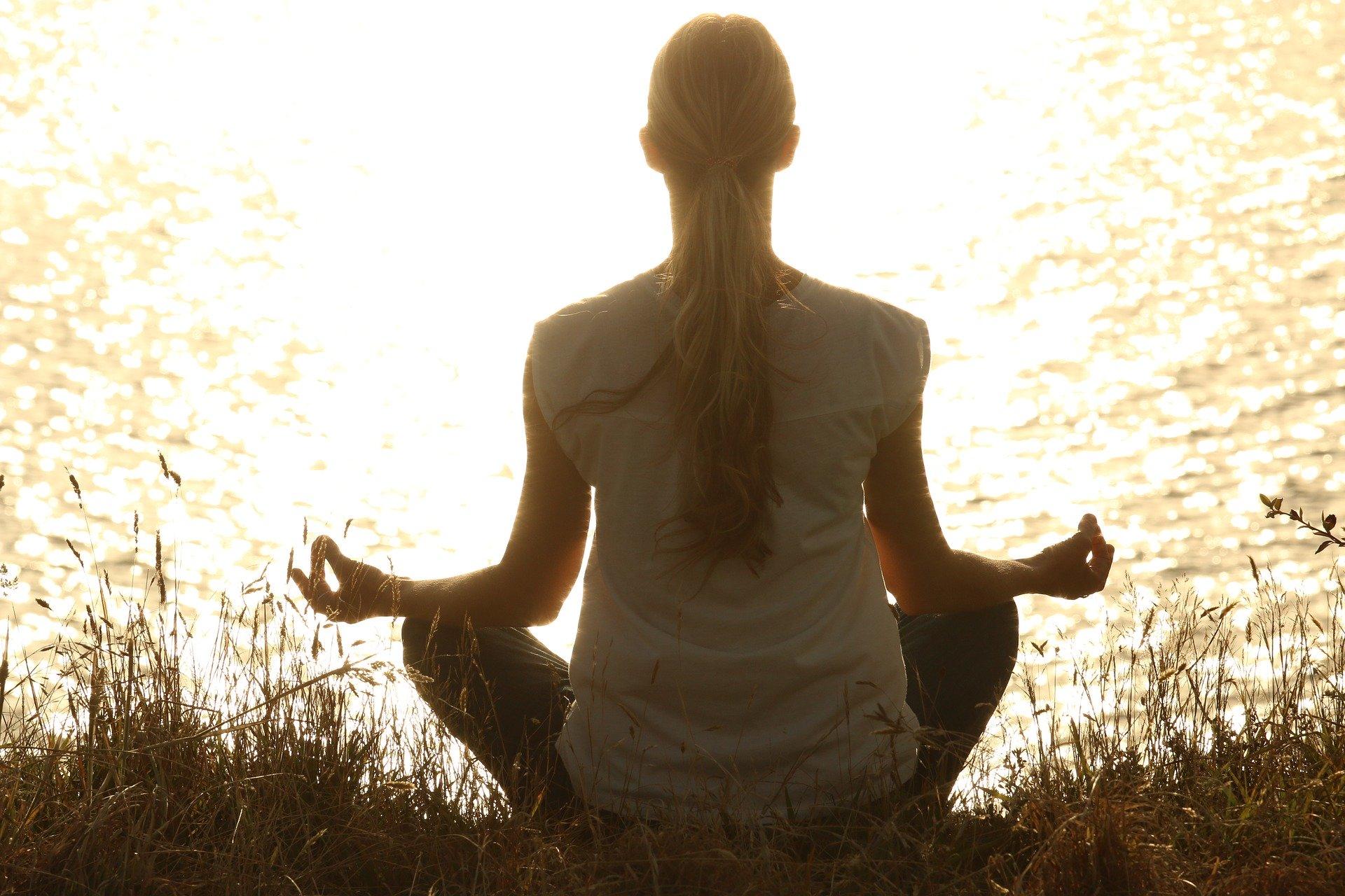 medytująca osoba na tle wody